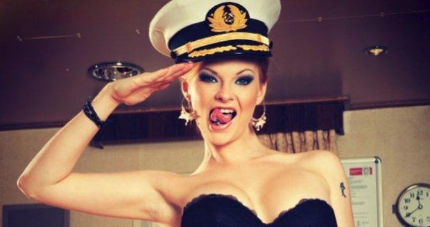 Erotickým plesem bude provádět sexsymbol a moderátorka v jednom – Tarra White!